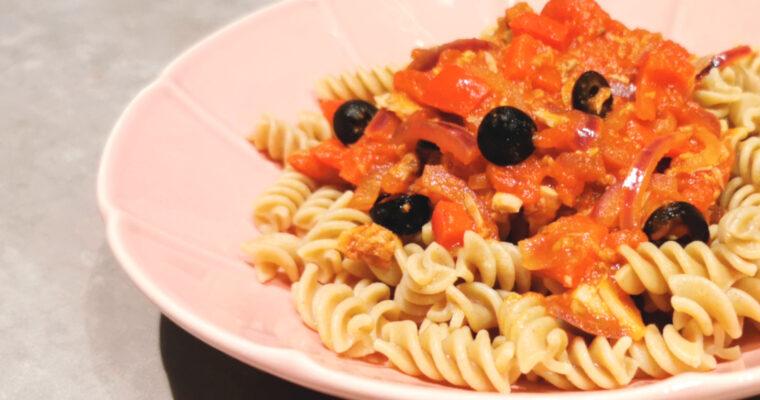 Makaron z tuńczykiem w pomidorach