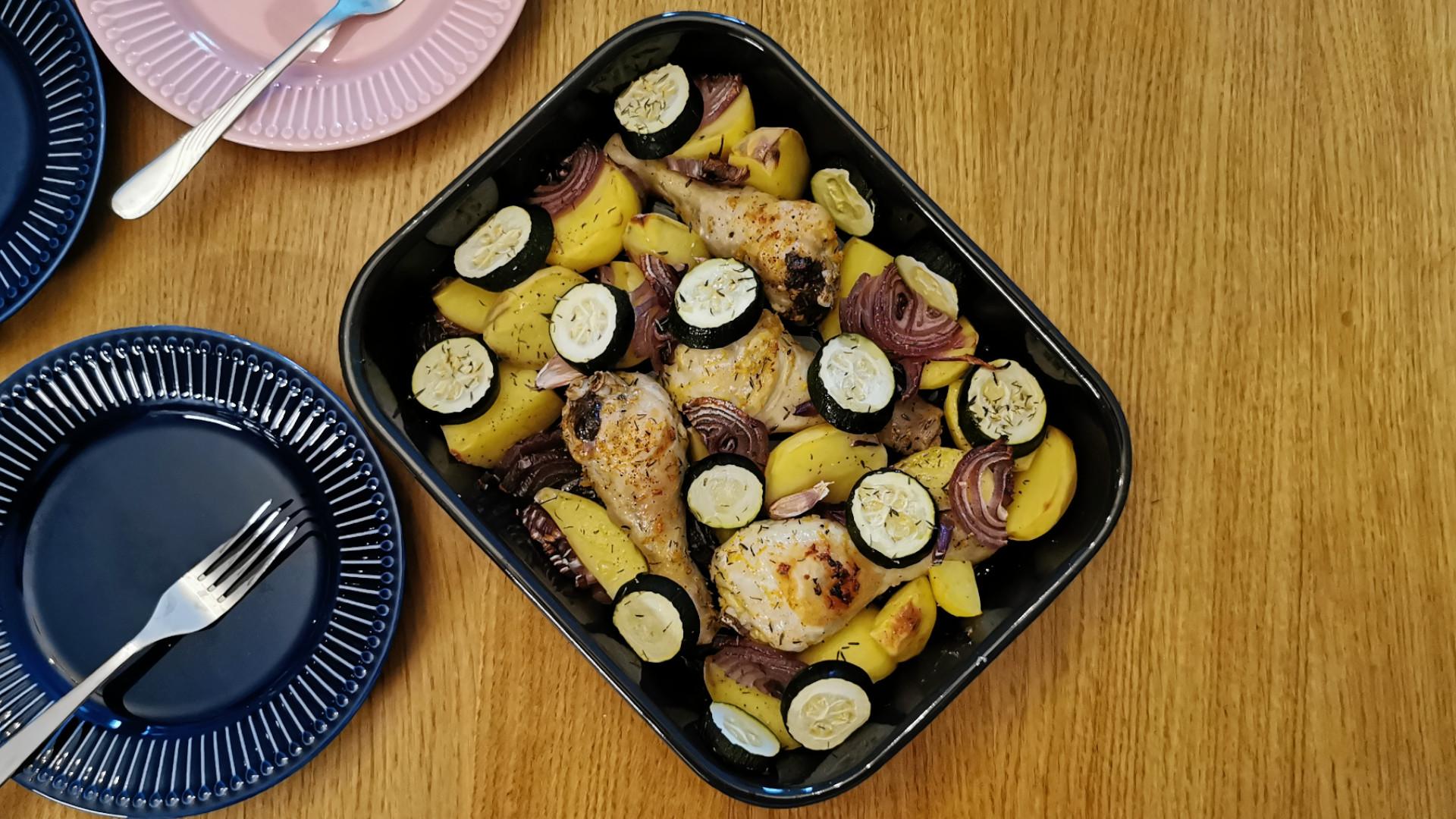 Cytrynowo-czosnkowy kurczak z ziemniakami i cukinią