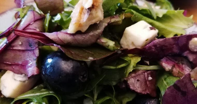 Mix sałat z winogronami i serem pleśniowym