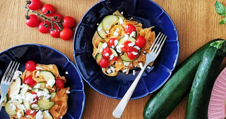 Makaron z cukinią, pomidorkami i fetą