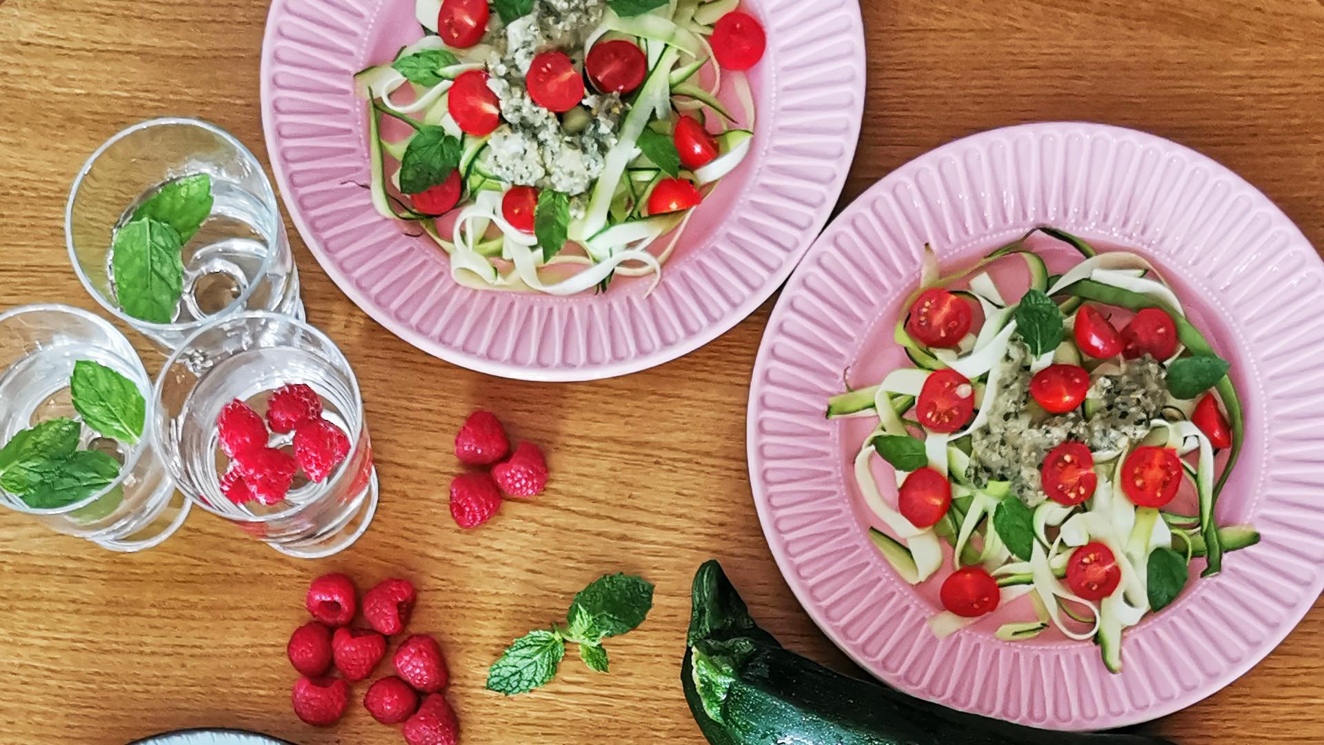 Makaron z cukinii z pomidorkami i pesto